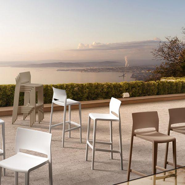 Banco alto Bakhita de Labenze, Banco italiano de Gaber, diseñado por Eurolinea, banco alto para bar, banco alto para cocina, mobiliario para cocina, mobiliario para bar, muebles para proyectos comerciales y residenciales