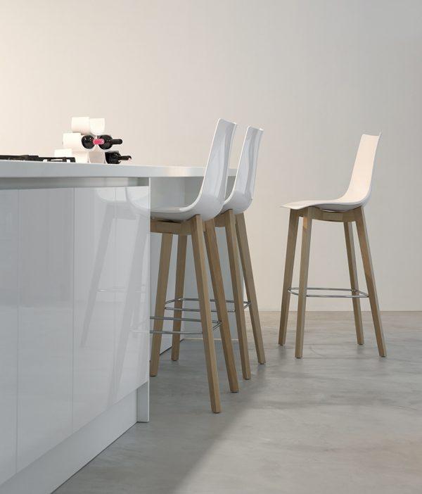 Banco alto Zebra Natural de Labenze, Banco italiano de SCAB Design, diseñado por Luisa Battaglia, banco alto para bar, banco alto para cocina, mobiliario para cocina, mobiliario para bar, muebles para proyectos comerciales y residenciales